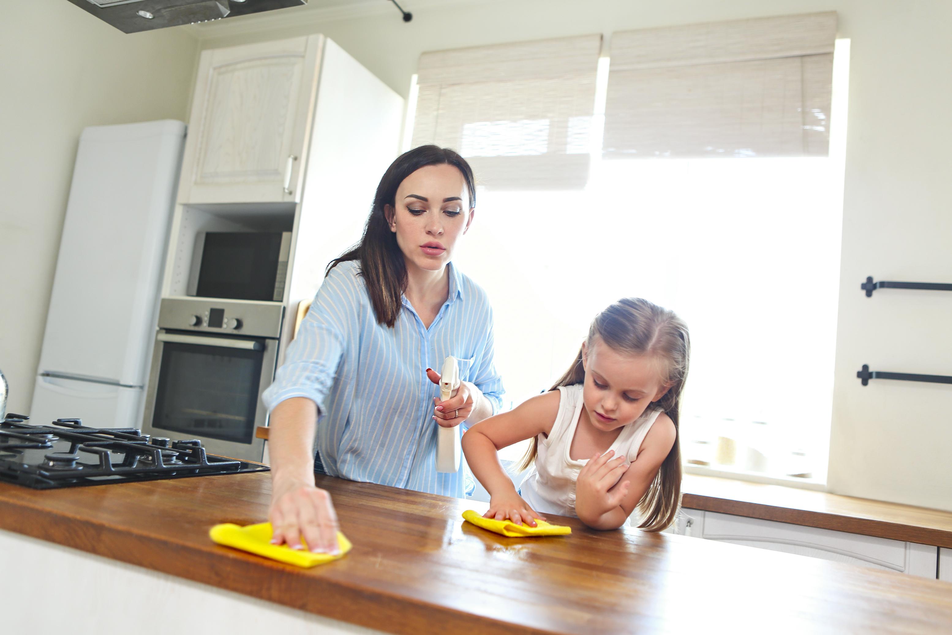 <p>Кухненските парцали, гъбите и четките са любимо убежище на бактериите. Ето защо след всяко използване те трябва да се изплакнат с гореща вода, а после задължително да се подсушат. Кухненските гъби и парцали не бива да се ползват по-дълго от няколко дена. След това трябва или да ги смените, или да ги пуснете в пералнята на 70 градуса.</p>
