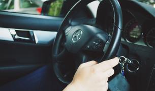 Мъж се облече като майка си, за да й помогне да вземе шофьорска книжка