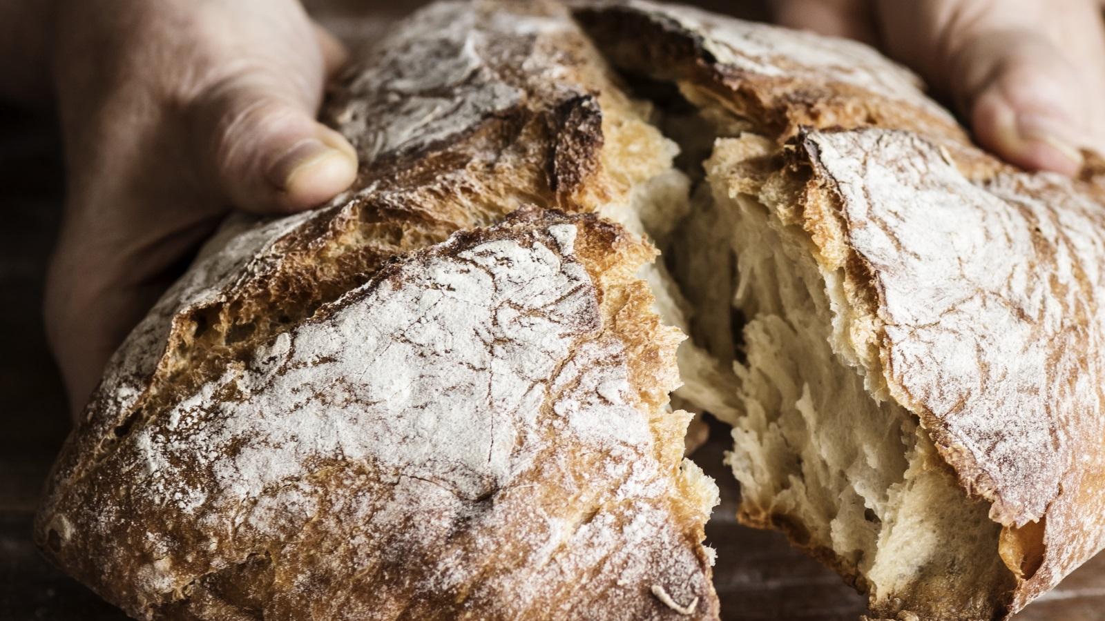 <p>Хлябът трябва да се съхранява на сухо и хладно място, както и да няма контакт със слънчевата светлина. Добре е да се използва кутия за хляб. Освен това изключително добра идея е да държите хляба в оригиналната му опаковка, особено ако е хартиена.</p>