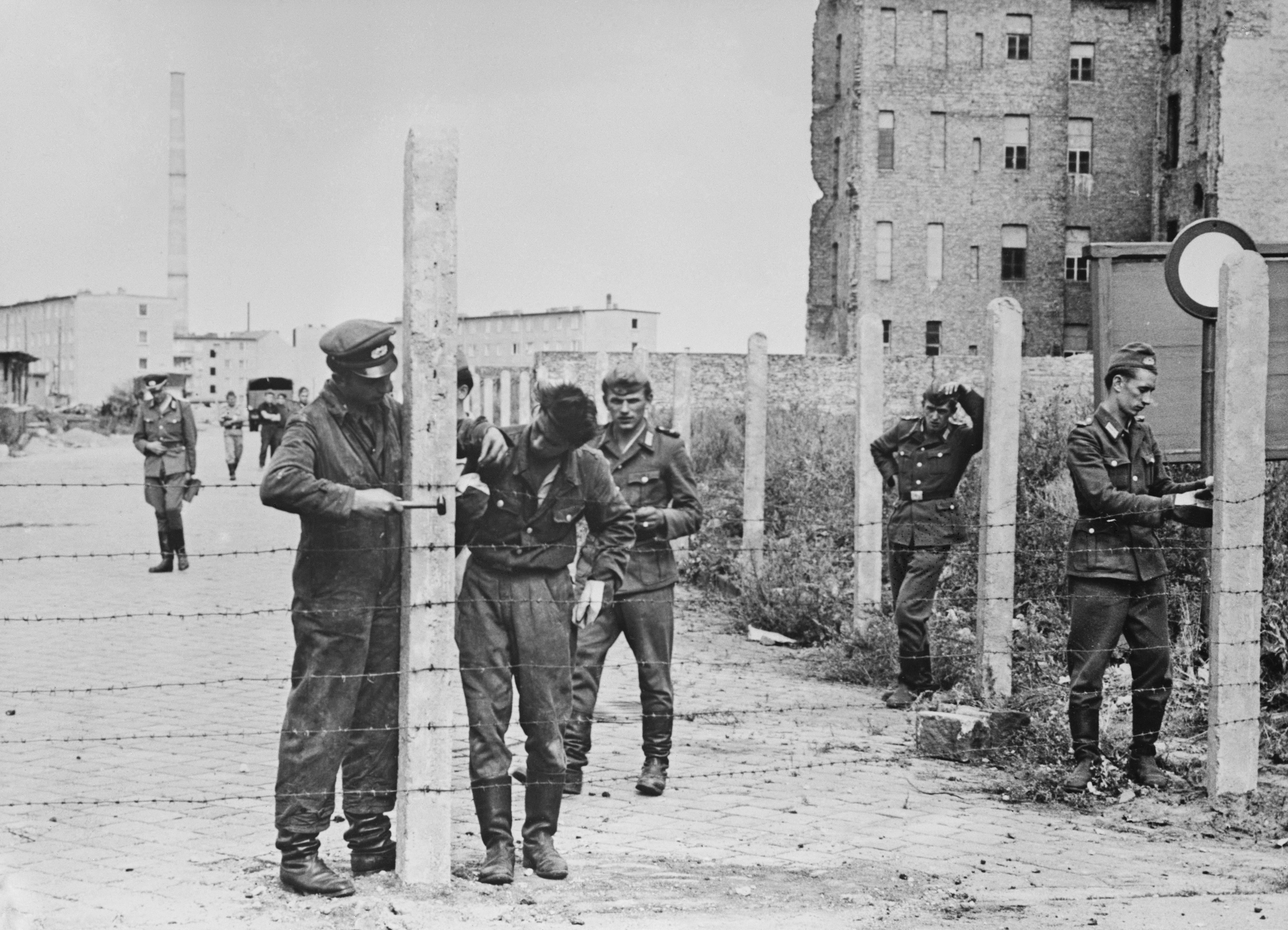 <p><strong>14 август 1961 г.&nbsp;</strong></p>  <p>Войници от ГДР издигат огради от бодлива тел, за да затворят улицата в подготовка за изграждането на Берлинската стена.&nbsp;</p>