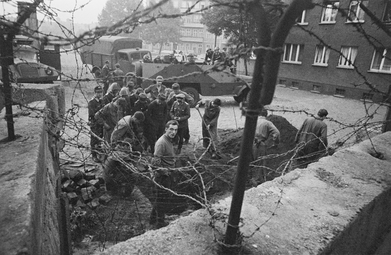 <p>Източногерманската полиция проверява тунел за бягство край Берлинската стена.</p>