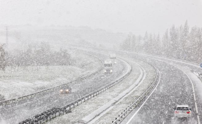 Закъсали шофьори заради снега, каква е ситуацията