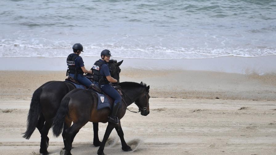 <p>Океанът бълва наркотици по френски плажове</p>