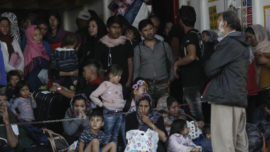 Мигрантите чакат да слязат от ферибот при пристигането си от остров Самос на пристанището Елефсина близо до Атина, Гърция, 22 октомври 2019 г.