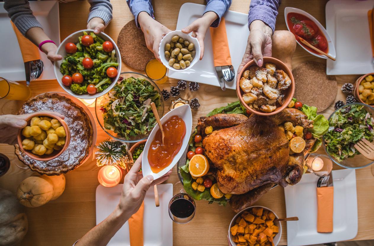 <p><strong>Вечерята</strong></p>  <p>За да се събудим свежи и красиви, то трябва да започнем с подготовката още от предишната вечер.Това, разбира се, включва вечерята. А колкото &bdquo;по-лека&rdquo; е тя, толкова по-добре. Избягвайте въглехидратите и по-мазните храни вечер. По-добре заложете на салата с лек протеин (пилешко месо например). Препоръчително е да ползвате възможно най-малко всякакъв вид техника като телефон, телевизор, компютър.</p>