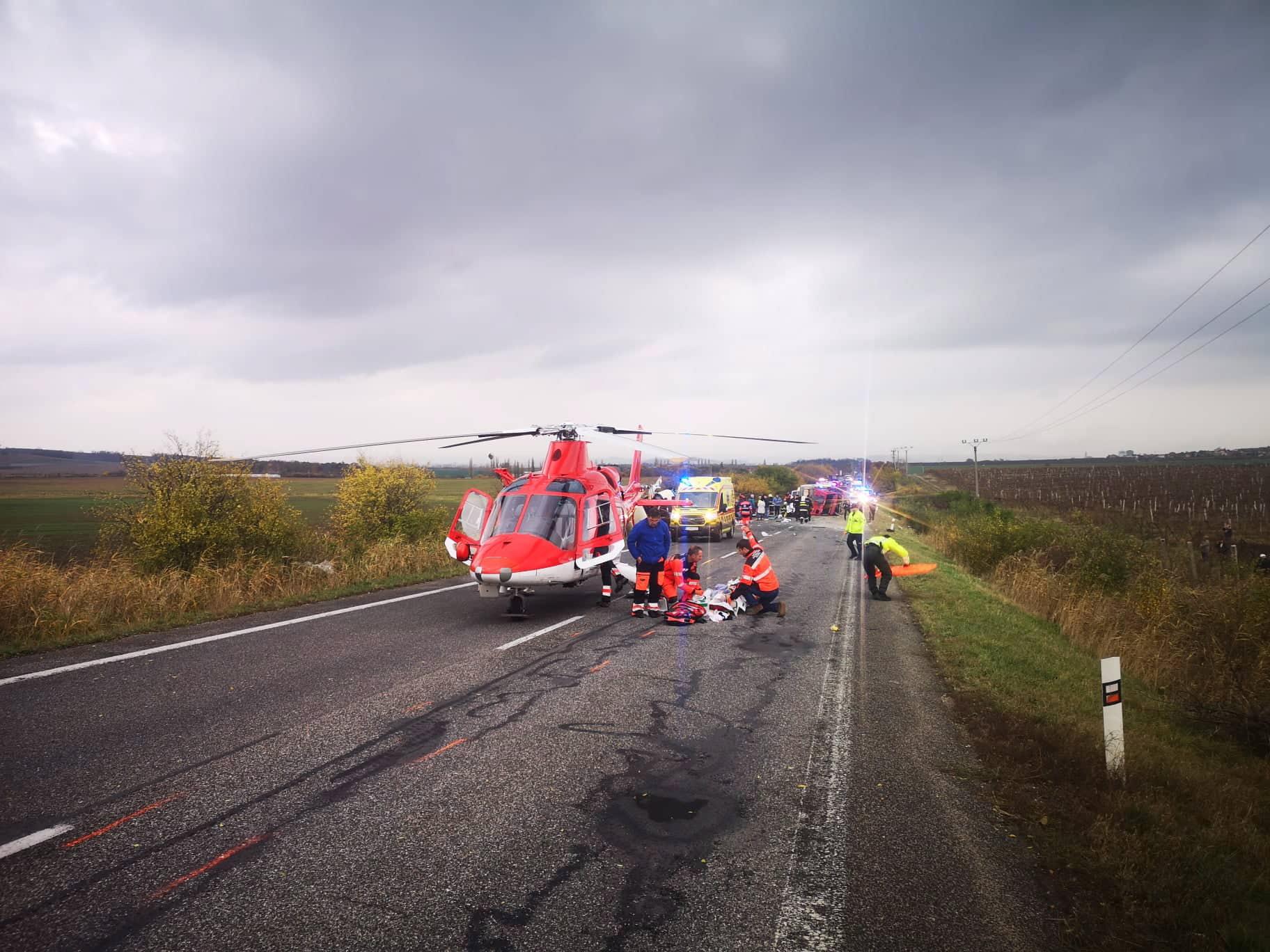 Най-малко 13 души загинаха, а 20 бяха ранени при сблъсък на автобус с камион в Западна Словакия, съобщиха от местната спасителна служба.