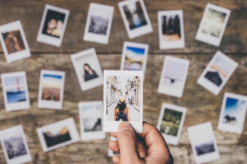 <p><strong>Избършете прахта от старите албуми със снимки</strong></p>  <p>Това ще събуди много спомени, ще ви припомни вълнуващи истории и ще задълбочи още повече близостта помежду ви.</p>