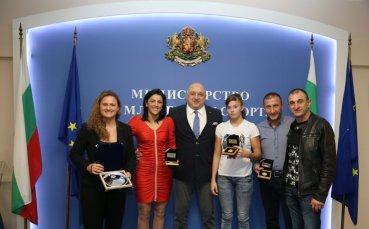 Министър Кралев награди самбистките