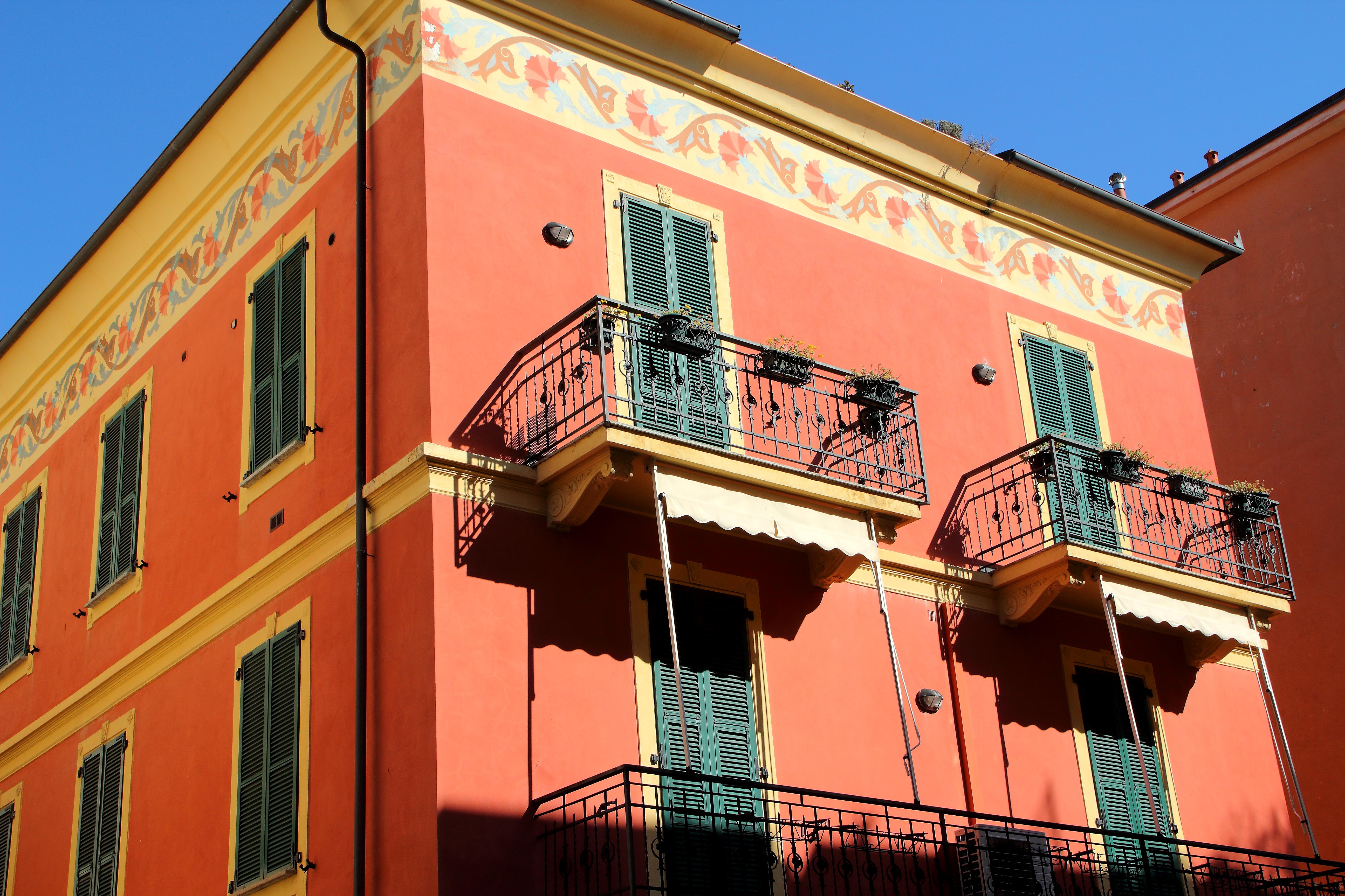 <p>Давам стая за момиче с голям балкон.&nbsp;(обява)</p>