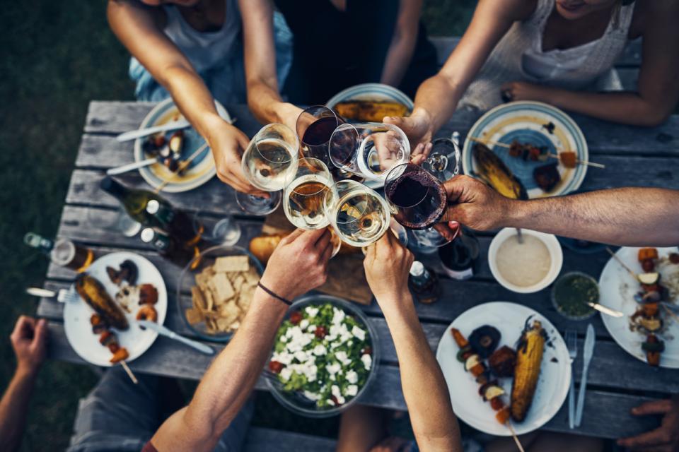 маса чаши приятели парти вечеря празник