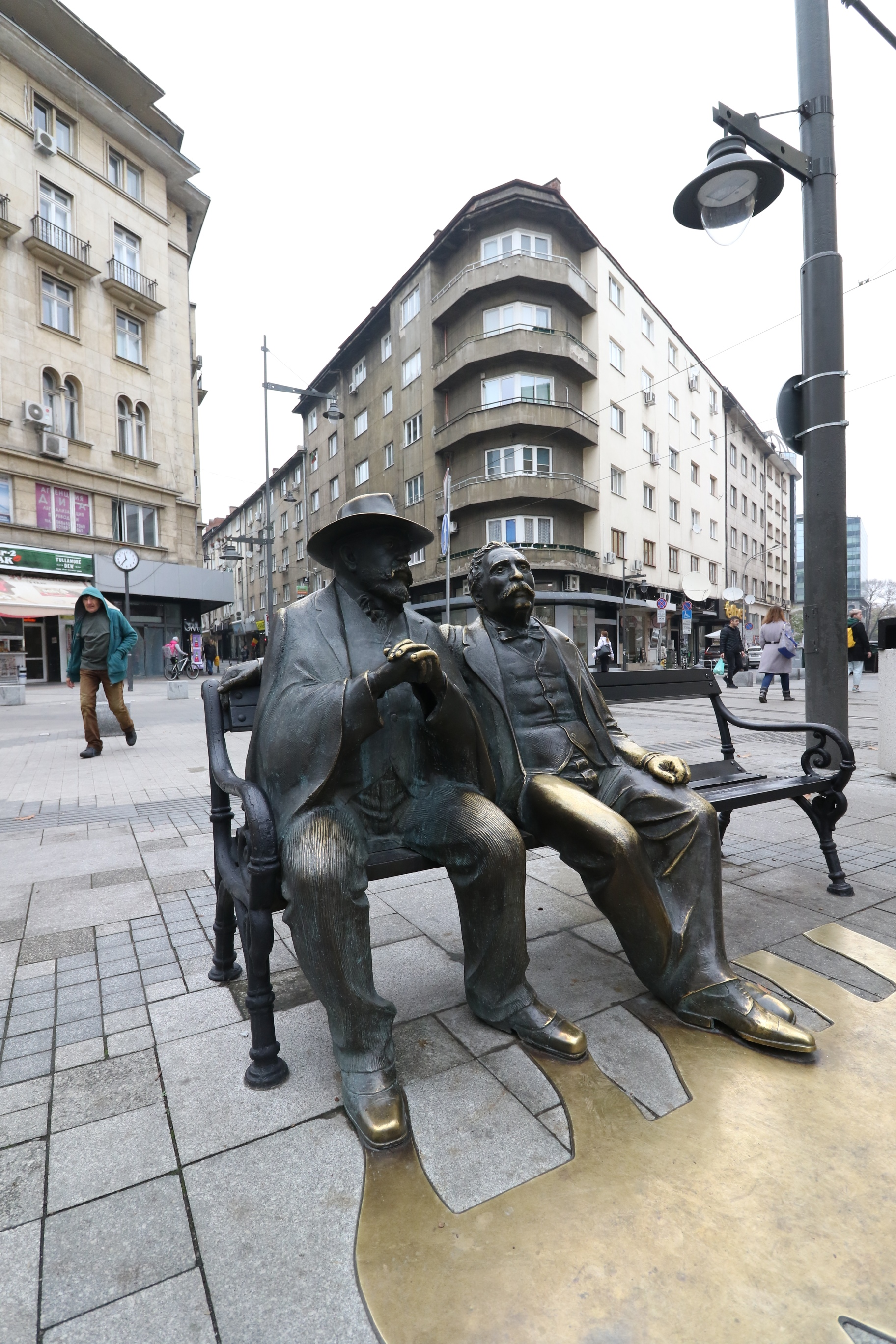 """Част от бронзовата статуя на Петко и Пенчо Славейкови от емблематичния площад изчезна. Синът остана без бастуна, на който се подпираше. Без него ръцете на Пенчо Славейков стоят необичайно, сключени като за молитва. Вандализмът сполетя композицията на Георги Чапкънов само около шест месеца, след като бе поставена на обновения площад """"Славейков"""""""