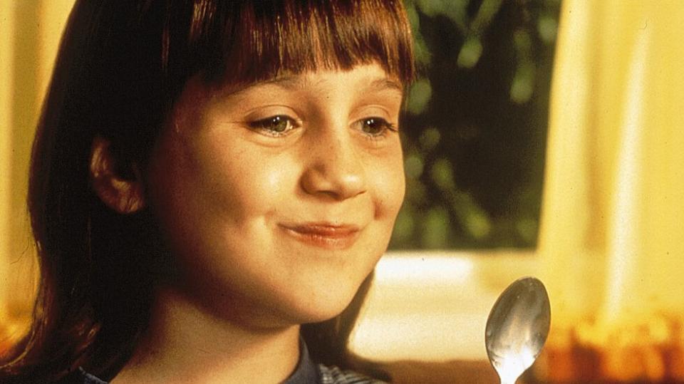 <p><strong>Матилда </strong>-&nbsp;Матилда (Мара Уилсън) е необикновено момиче с невероятна интелигентност. За съжаление тъпите й родители (Дани Де Вито и Рия Пърлман)&nbsp; я пренебрегват, твърде заети с еснафския си живот. Когато те най-после се съгласяват да я изпратят на училище, я записват в Крънчън Хол, мрачен тухлен затвор, където учениците страдат под властта на директорката Агата Трънчбул (Пам Ферис). Но Матилда намира съюзник в лицето на своята учителка Мис Хъни (Ембет Дейвидс), която забелязва необикновените умения на малкото момиче, позволяващи му да се пребори с несправедливия свят на възрастните.</p>  <p>&bdquo;Матилда&ldquo;: 16 ноември, събота, 13.00 ч. по NOVA</p>
