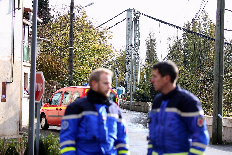 Според информациите за инцидента мостът се предал, когато по него тръгнал камион с надвишаващо разрешения тонаж тегло. Това довело до срутване на конструкцията. Камионът паднал в реката заедно с кола, която едновременно преминавала по моста.
