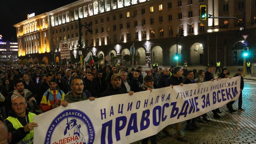 Протест, а прокурорите: Кампания срещу Гешев