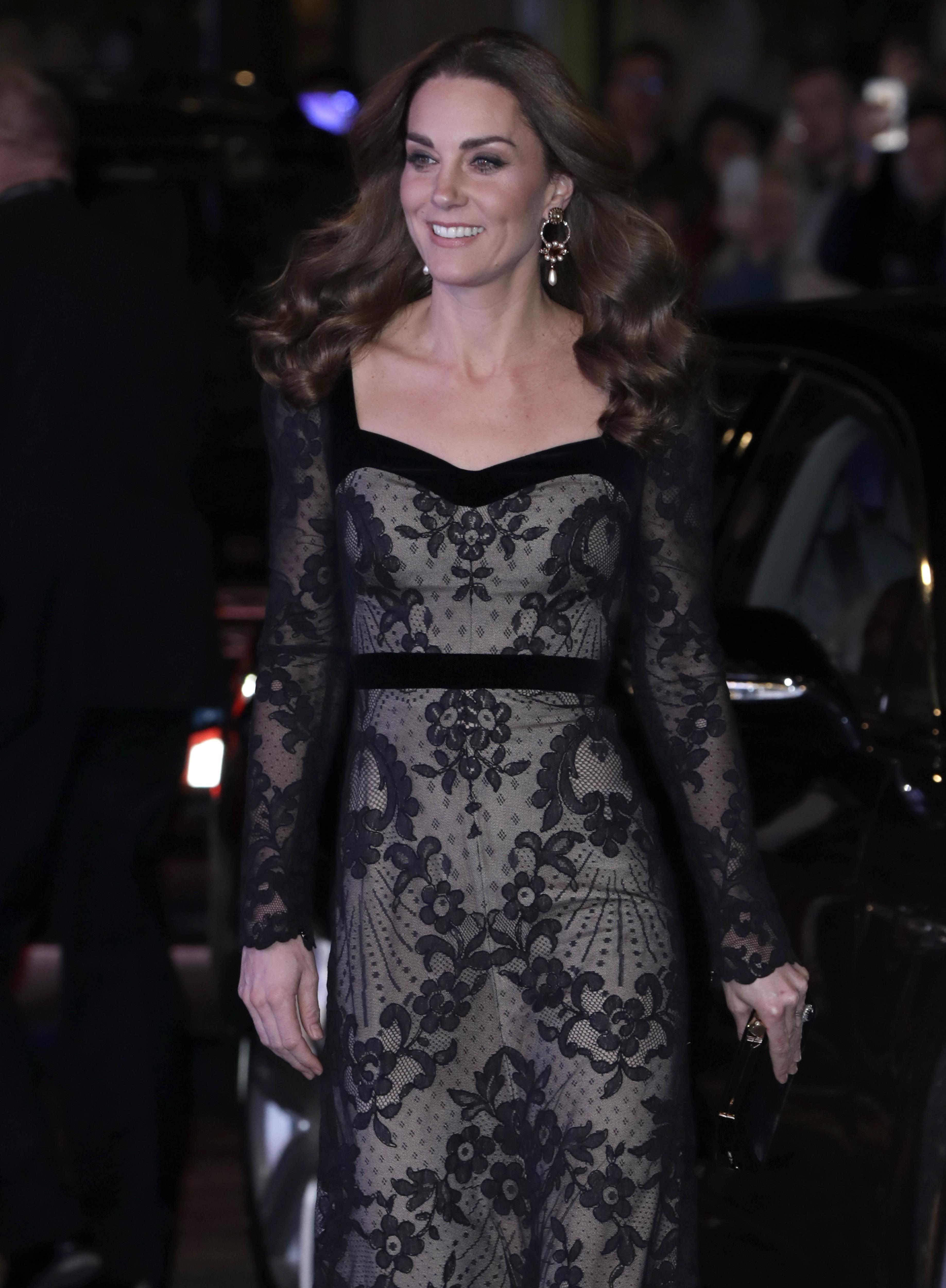 <p>Мидълтън е заложила на елегантна дълга черна рокля, дело на модна къща&nbsp;Alexander McQueen. Гримът на херцогинята е също издържан в нюансите на тоалета, а косата на Кейт е пусната и оформена на красиви вълни. На събитието присъстваха и други знантни гости, сред които Роби Уилямс.</p>