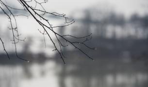 Мъгли, вятър, дъжд над страната, на места и сняг
