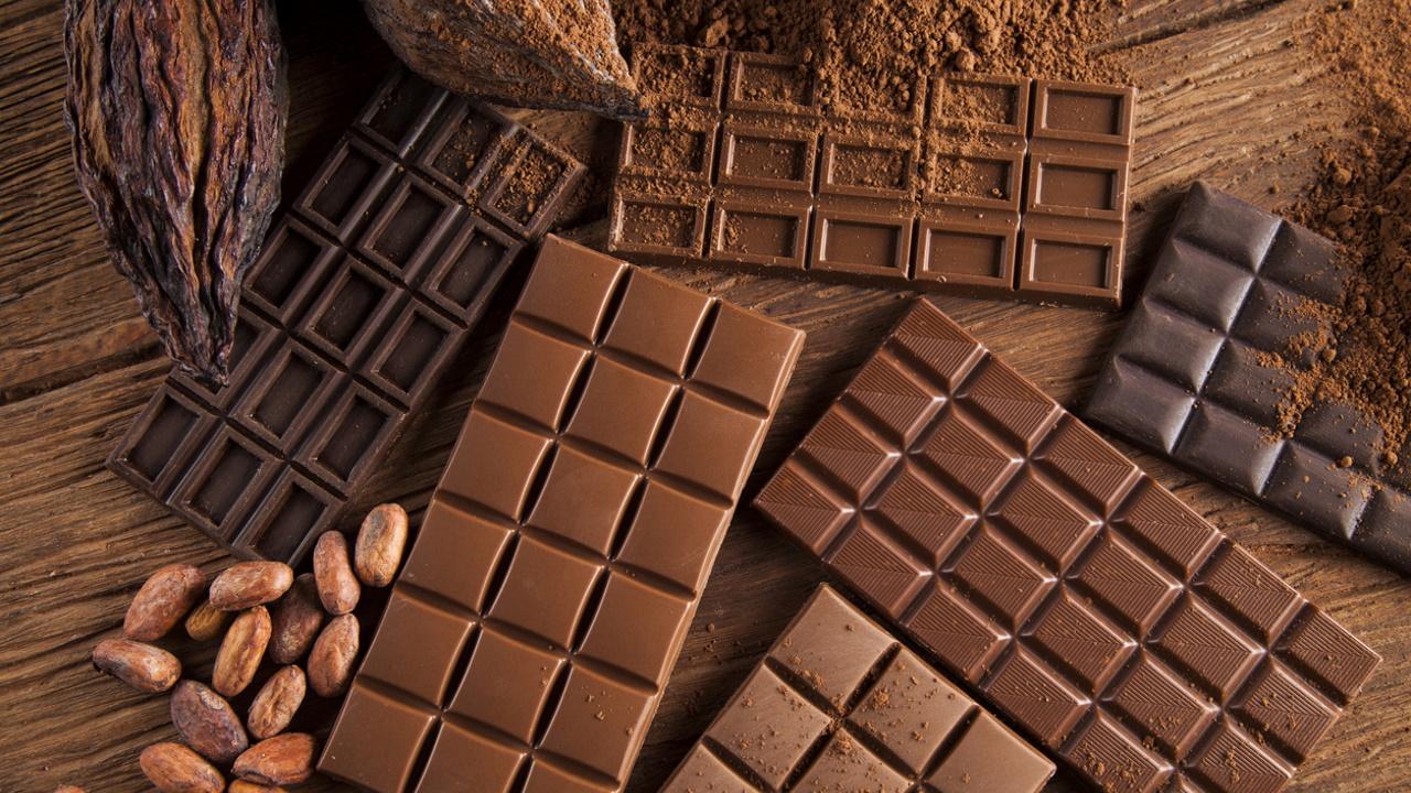 <p><strong>Може да имате главоболие</strong></p>  <p>Шоколадът естествено съдържа кофеин. А за някои хора, които са свикнали да консумират редовно кофеин, внезапното му отказване може да доведе до главоболие. За да помогнете за намаляване на риска от главоболие, уверете се, че сте добре хидратирани.</p>