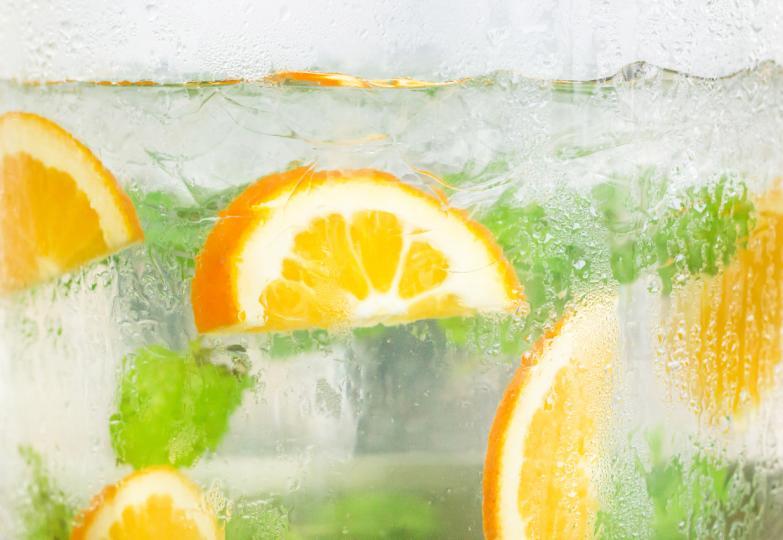 <p><strong>Диетична сода</strong><br /> Ако на етикета на някоя газирана напитка пише &bdquo;диетична&rdquo;, това не бива да ни заблуждава. Изследванията доказват, че диетичната сода и производните ѝ&nbsp;ни карат да огладняваме, а това е сигурен начин, че ще нарушим диетата си.</p>  <p>Изкуствените подсладители също имат ефект на засилване на апетита, но за разлика от обикновената захар, те не доставят на организма нещо, което ще обуздае породилия се глад, твърди Шарън Фоулър, която представи изследванията си по тази тема в британския вестник &bdquo;Дейли мейл&rdquo; и американската телевизия CBS. Според нея подсладителите влияят ограничаващо на мозъчните клетки, които следва да алармират, че сме се нахранили.</p>