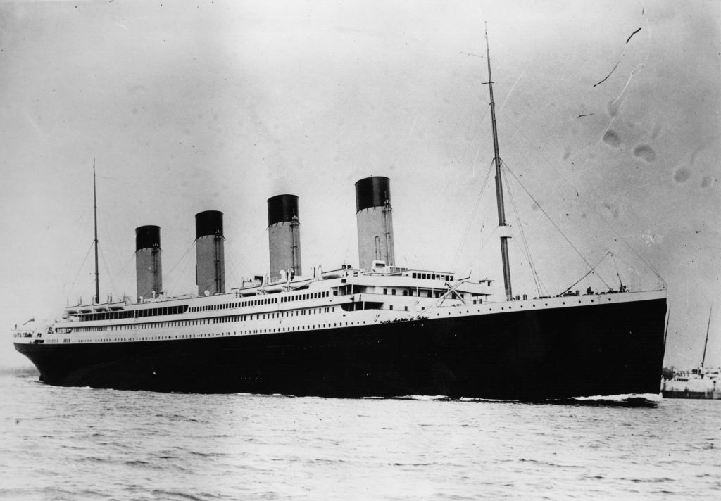 <p><strong>Титаник</strong></p>  <p>В екранизацията на Джеймс Камерън от 1997 г. няколко пъти се споменава думата &bdquo;непотопим&rdquo; по отношение на кораба, който изпълнява главна роля в сюжетната линия. Според експерти обаче самият термин &bdquo;непотопим&rdquo; се е родил на страниците на пресата ден след бедствието. Преди това никой не е описвал &bdquo;Титаник&rdquo; с подобни думи и не е твърдял, че дори и Бог не би могъл да го потопи.</p>