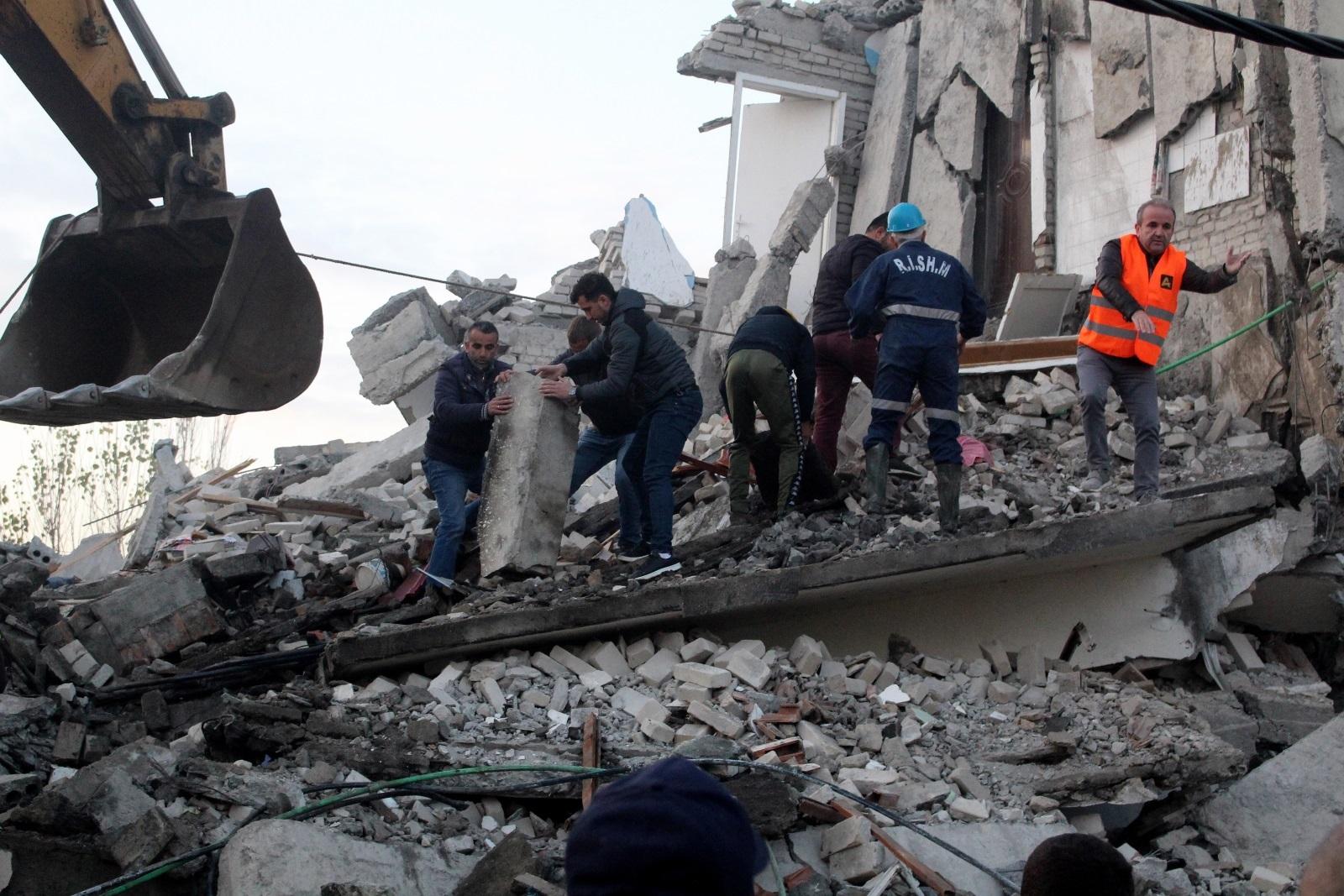 <p>Спасители търсят оцелели в разрушена от земетресението сграда в Туман</p>