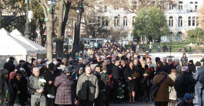 България Прощаваме се с Ламбо: Стотици чакат пред Народния театър