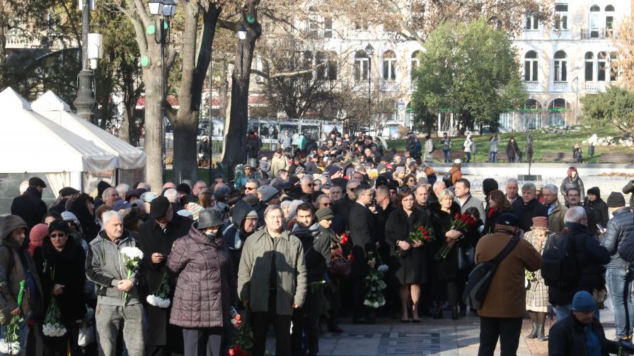 <p>Прощаваме се с Ламбо: Стотици чакат пред Народния театър</p>
