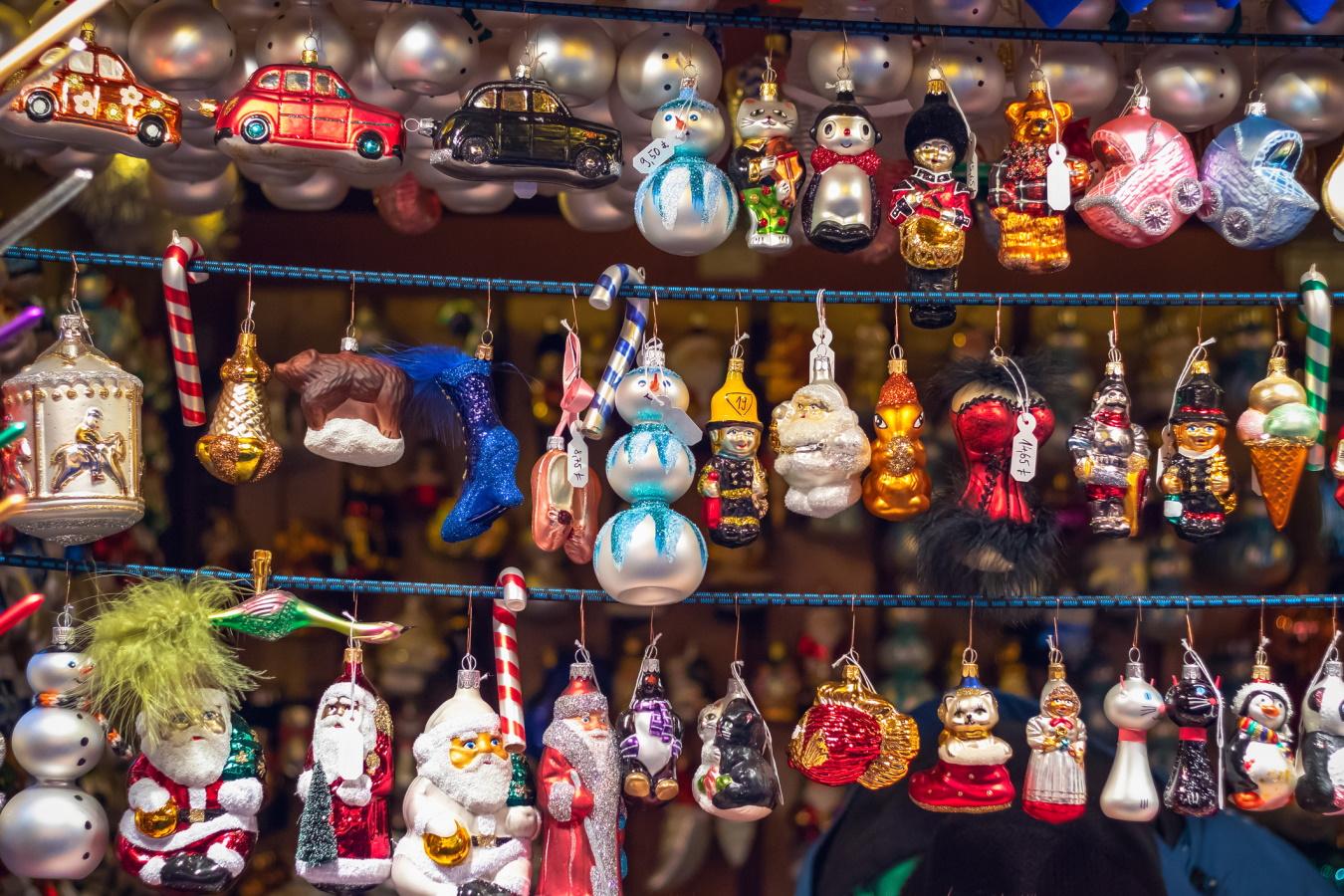 <p>Коледни украшения за елха</p>  <p>Украшенията за Коледа могат да послужат доста добре за подарък на колега или група от приятели и познати. При групова размяна на подаръци бюджета е съкратен, а идеите често се повтарят. Коледните играчки за елха са един много подходящ подарък за такъв повод.</p>