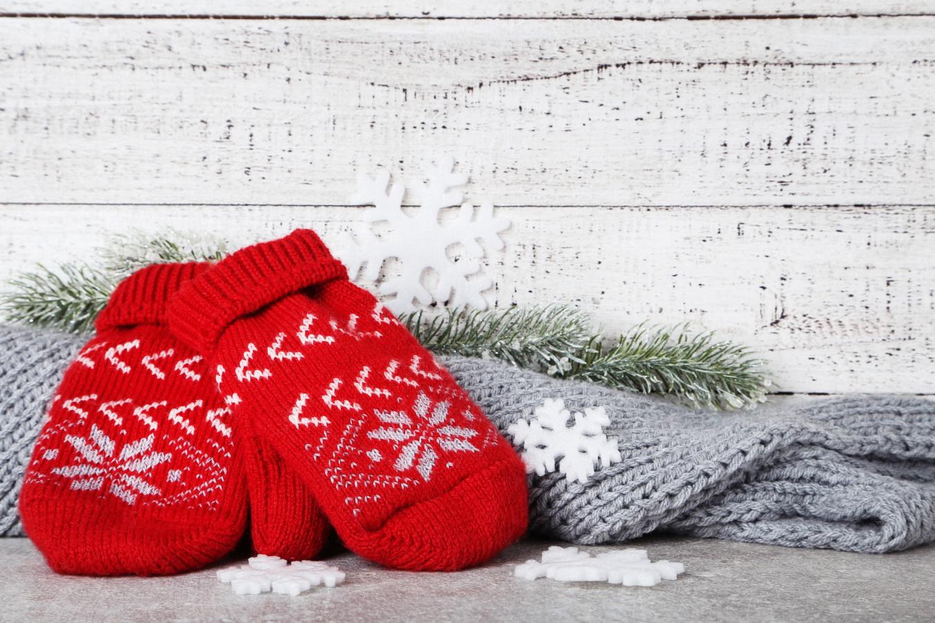 <p>Ръкавици с коледни мотиви в комплект с шал</p>  <p>Както отбелязахме грижата за това да ни е топло през зимата е ключов фактор този сезон. Какво по-хубаво от това да се погрижите за любимия мъж - било то съпруг, гадже, баща или дядо. Те ще оценят вашата загриженост.</p>