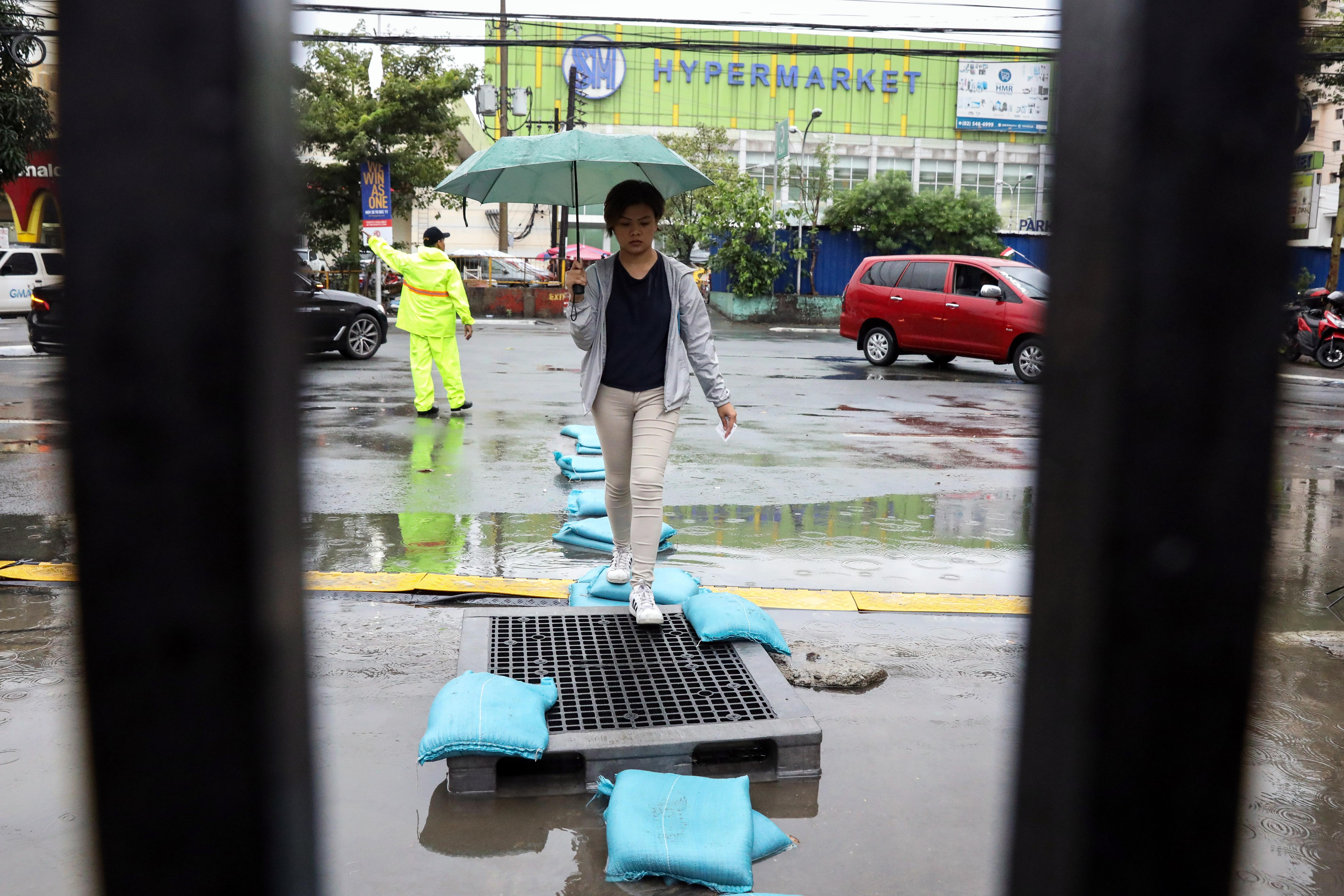 """Късно в понеделник вечер тайфунът Камури удари Филипините със силни дъждове, които наводниха столицата в Манила. Според вестник """"Филипинска звезда"""" броят на евакуираните в страната надхвърли 225 хиляди души."""
