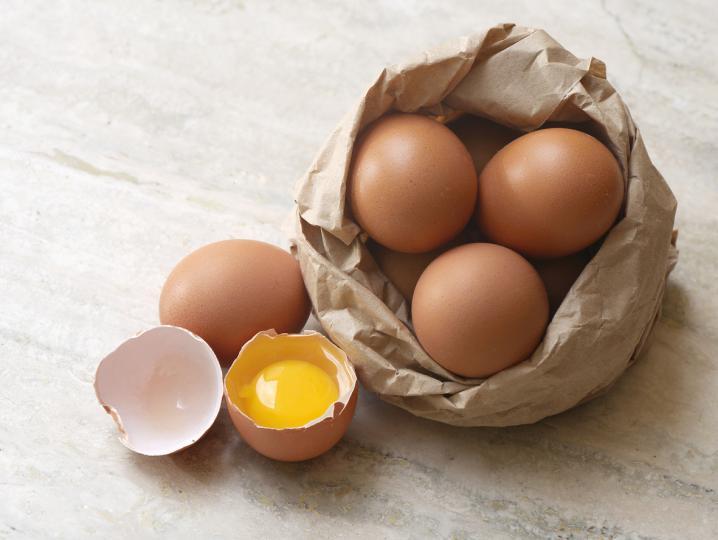 <p><strong>Яйца</strong></p>  <p>Въпреки че приемът на яйца повишава нивата на &bdquo;лошия&ldquo; LDL-холестерол при някои хора, те са една от най-добрите храни, ако имате желание да отслабнете. Те са богати на протеини и мазнини и са много засищащи.</p>  <p>Те помагат да получите всички хранителни вещества, от които се нуждаете. Особено&nbsp;ако спазвате диета с ограничено съдържание на калории. Интересното е, че почти всички хранителни вещества се намират в жълтъците.</p>