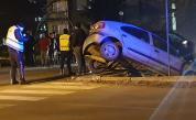 Кола увисна от мост в Казанлък