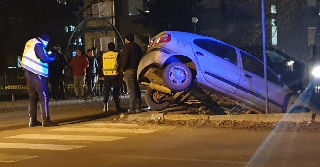 България Кола увисна от мост в Казанлък Ударили са се