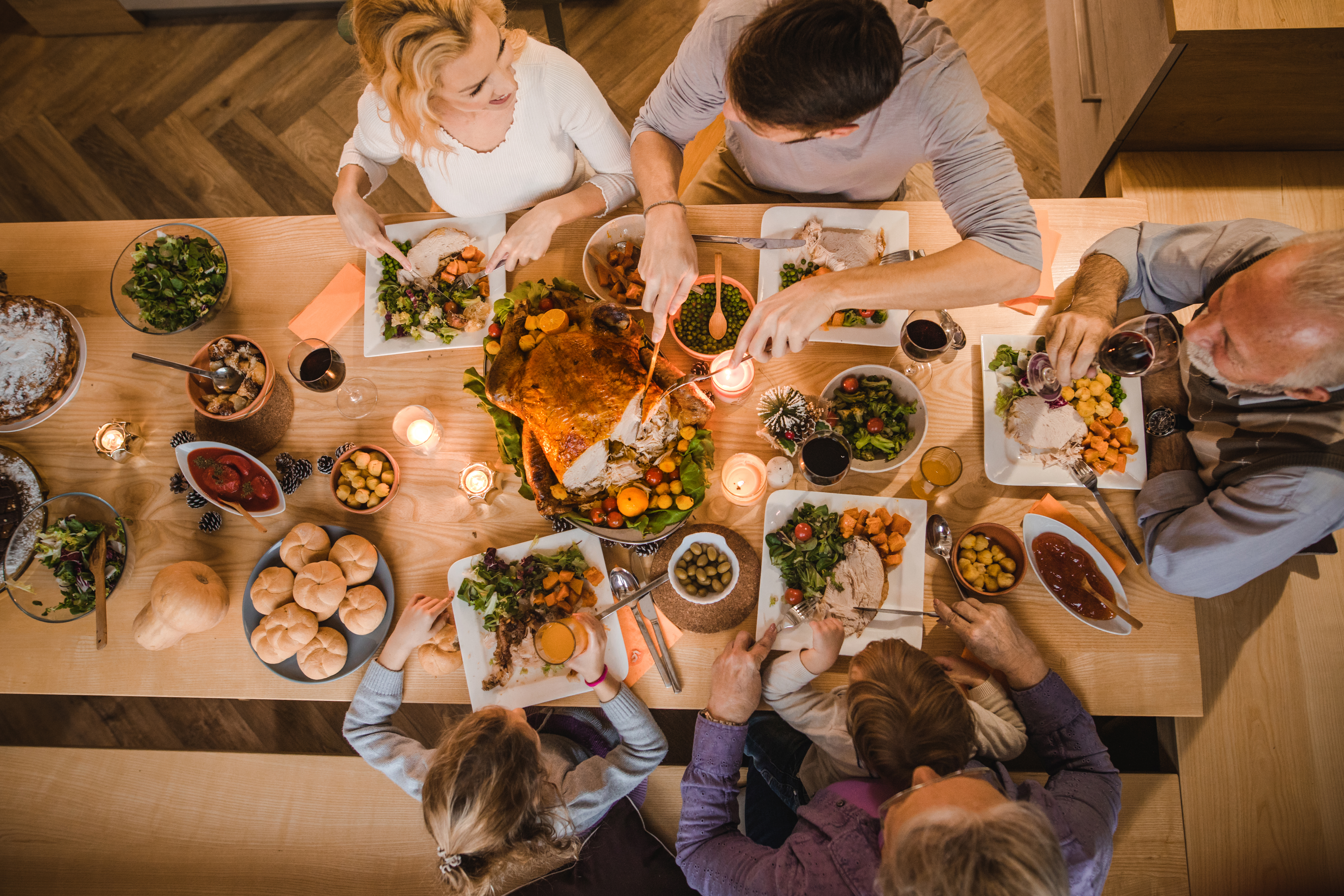 <p>Специалистът обърна внимание на печеното свинско, без което много хора&nbsp;не могат да си представят новогодишната трапеза. &ldquo;Заменяме свинското месо със заешко или пуешко месо. Накисваме го с горчица и го поставяме във фурната&rdquo;, съветва тя. Според нея това ястие ще угоди както на вкуса, така и на грижата ни за талията.&nbsp;</p>