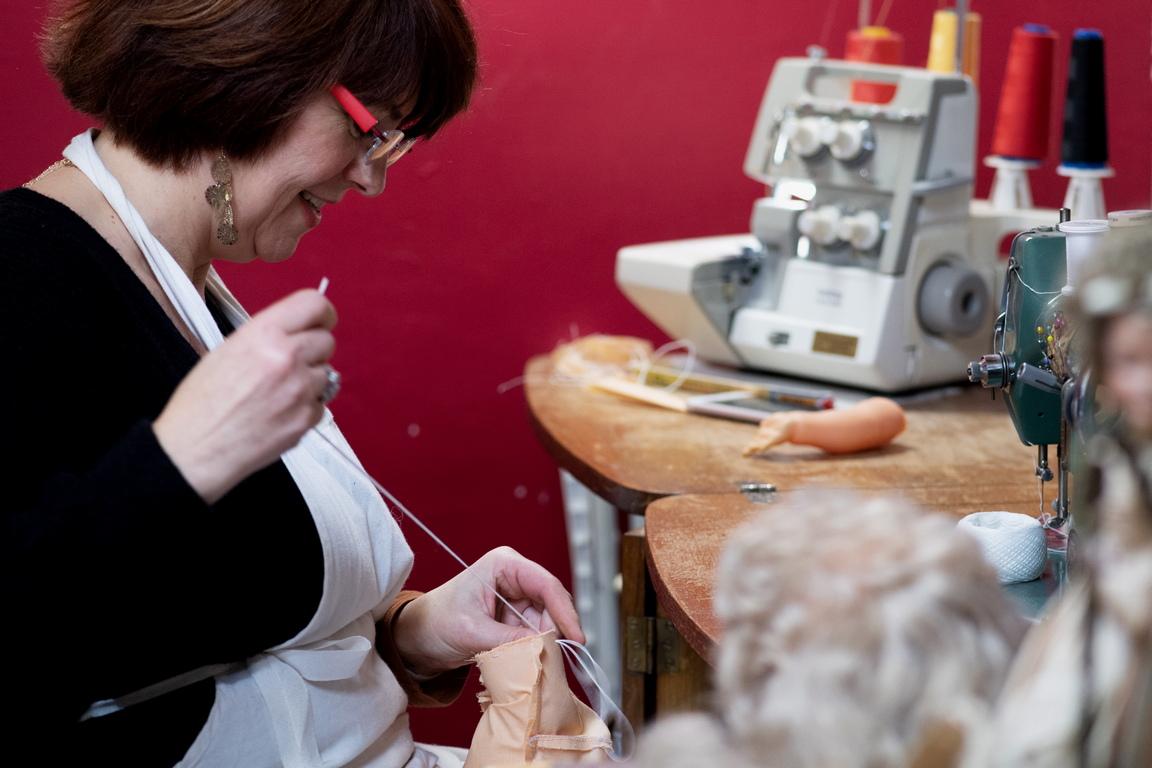 <p>Фабиен Мог - създател и реставратор на кукли и плюшени мечета, ремонтира кукла в работилницата си &quot;La Clinique des Poupees&quot; (The Dolls Clinic).</p>