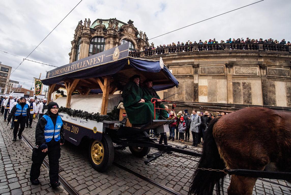 <p>Огромният сладкиш, тежащ около 3960 кг, мина на парад из улиците на Дрезден</p>