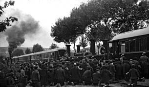 Автор на снимката: Иван Юскесеилев. Погребението на цар Борис III. Навсякъде по пътя траурният влак е придружаван от големи групи хора, излезли да се простят с царя, септември 1943 г.