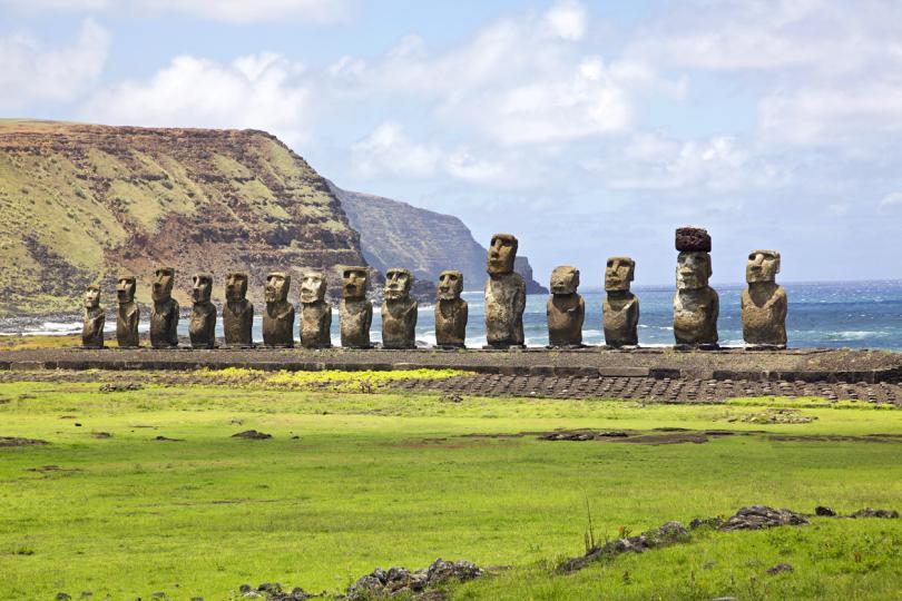 <p><strong>Гигантските статуи на Великденския остров</strong></p>  <p><strong>Загадка: </strong>Почти 300 години историци и археолози се опитват да разберат как островитяни без необходимите приспособления са успели да издълбаят каквото и да е върху огромни камъни, тежащи близо 82 тона. И това не е всичко &ndash; статуите трябвало да бъдат преместени на няколко мили и да бъдат поставени вертикално.</p>  <p><strong>Отговор:</strong> Гигантските камъни не са били построени от някаква магическа сила &ndash; камъните наистина са издълбани и преместени от една част на острова до друга. Видео на National Geographic показва, че не е толкова трудно 90-тонна статуя да бъде преместена на разстояние с помощта на простички средства и група хора.</p>