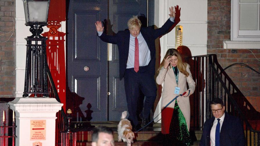 Борис Джонсън и приятелката му след обявяване на резултатите от екзитпола