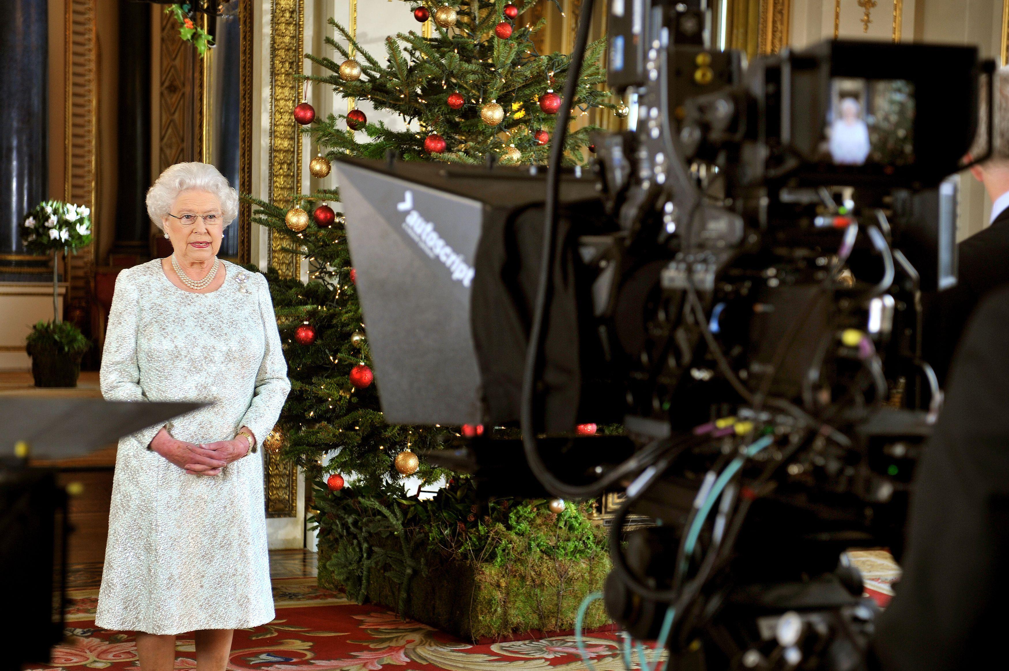<p><strong>5. Коледното обръщение на английския монарх се излъчва от 1932 г.</strong></p>  <p>Нейно величество изнася реч пред нацията на Коледа всяка година и това е традиция, което е започната от крал Джордж V през 1932г. Кралица Елизабет II продължава традицията, която нарушава само веднъж &ndash; през 1969 г., когато вместо обръщение телевизията излъчва документален филм за кралското семейство. Това много притеснява поданиците и се налага кралицата да направи специално изявление, че на следващата година ще има коледна реч.</p>