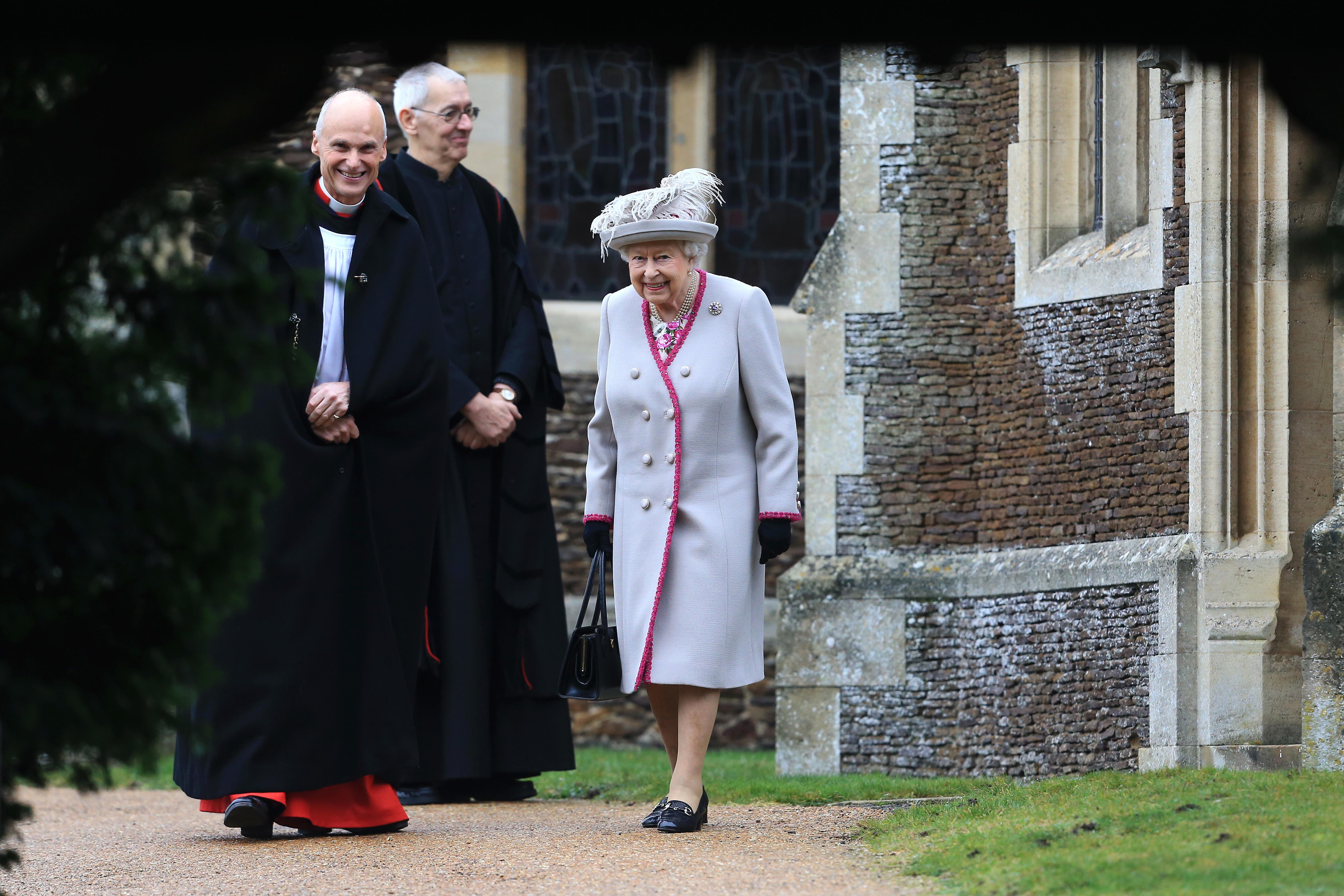 <p><strong>2. Кралицата присъства на една и съща църковна служба всяка година</strong></p>  <p>Кралското семейство винаги присъства на службата за Коледа в катедралата &bdquo;Света Мария Магдалена&ldquo;. След това те се връщат в имението Сандрингам за празничен обяд. Тук обаче има една традиция, която кралицата не спазва. Преди време на коледната служба монархът е бил с корона на главата.&nbsp;</p>