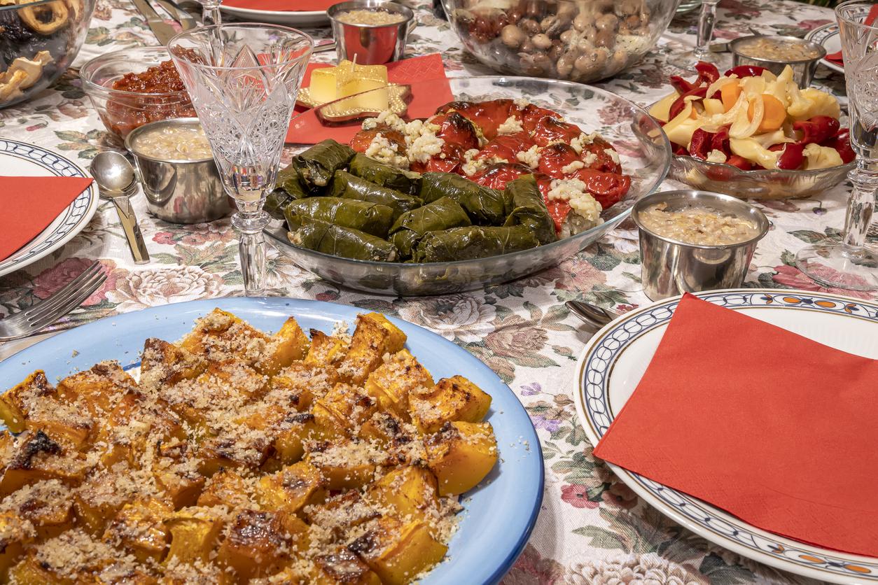 <p><strong>Източна Европа</strong></p>  <p>Литва, Полша и Украйна предлагат вариации на празничната вечеря за Бъдни вечер с 12 ястия. Месото, яйцата и млякото не присъстват на масата заради постът за Рождество.&nbsp; Там преобладават постните ястия, както и при нас. Напитки като компот от сушени плодове или червена боровинка също са често срещани. Вечерята е пълна с редица традиции, които варират в зависимост от страната.</p>