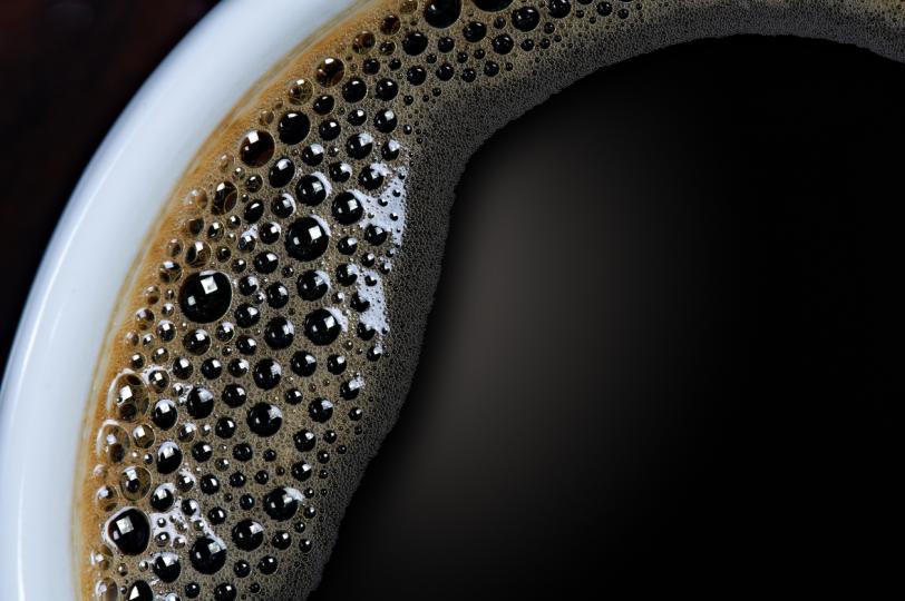 <p><strong>Пием черно кафе</strong></p>  <p>Черно кафе веднага след събуждането вдига нивата на кортизол, което води до тревожност. И ако пием кафе, когато сме гладни, може да получим гастрит. Изследванията показват, че най-доброто време за пиене на първата чаша кафе е три или четири часа след събуждането. Ако обаче не можем да устоим на сутрешното пиене на кафе, трябва да добавим малко мляко или сметана. По този начин ще намалим вредните ефекти на напитката върху стомаха.</p>