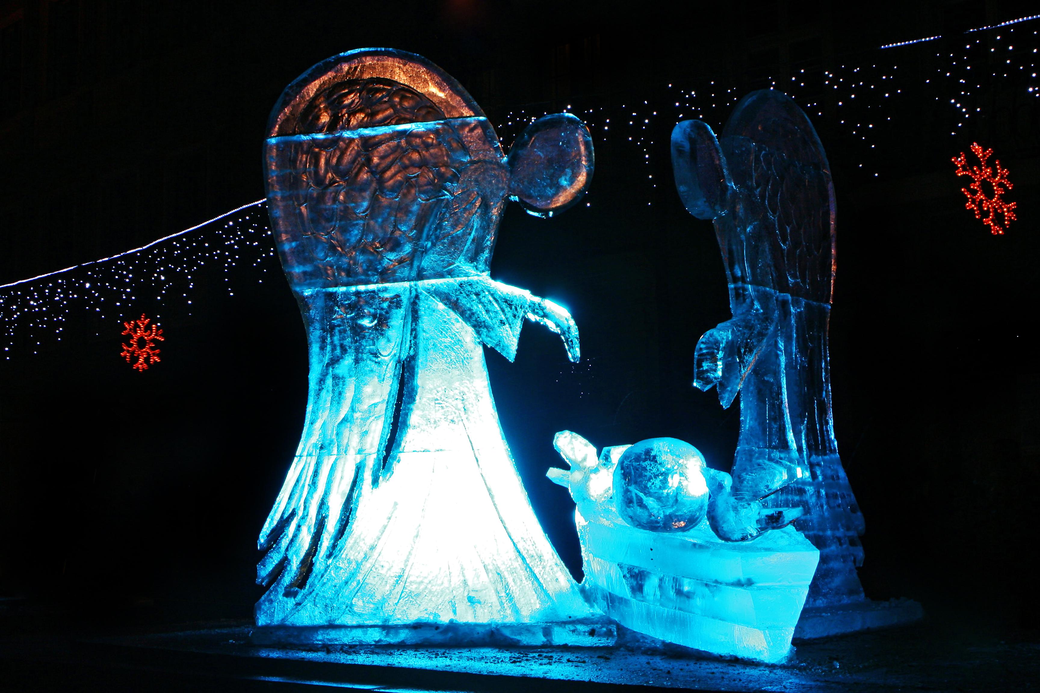 <p>Лъв</p>  <p>Проверете дали в града има изложба на ледени скулптури или пък празнично запалване на светлините на елхата и да отидете заедно.</p>