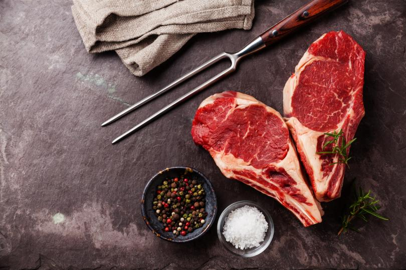 <p>Първото месо, на което ще обърнем внимание е <strong>червеното</strong>, а то може да бъде&nbsp;<strong>говеждо, свинско,&nbsp;агнешко&nbsp;</strong>и други. Този вид месо може да издържи в хладилника 3-4 дни. Ако пък го съхранявате във фризера, този вид месо може да издържи от 4 до 12 месеца.</p>  <p>Не трябва да забравяте, че дори да е стояло в хладилника, когато го извадите, трябва да проверите неговото състояние. Ако месото е станало кафяво и вече не изглежда толкова прясно, това значи, че трябва незабавно да го изхвърлите.</p>  <p>Ако сварите червеното месо, може да го оставите в хладилника за 3-4 дни, а във фризера може да издържи от 2 до 6 месеца.</p>