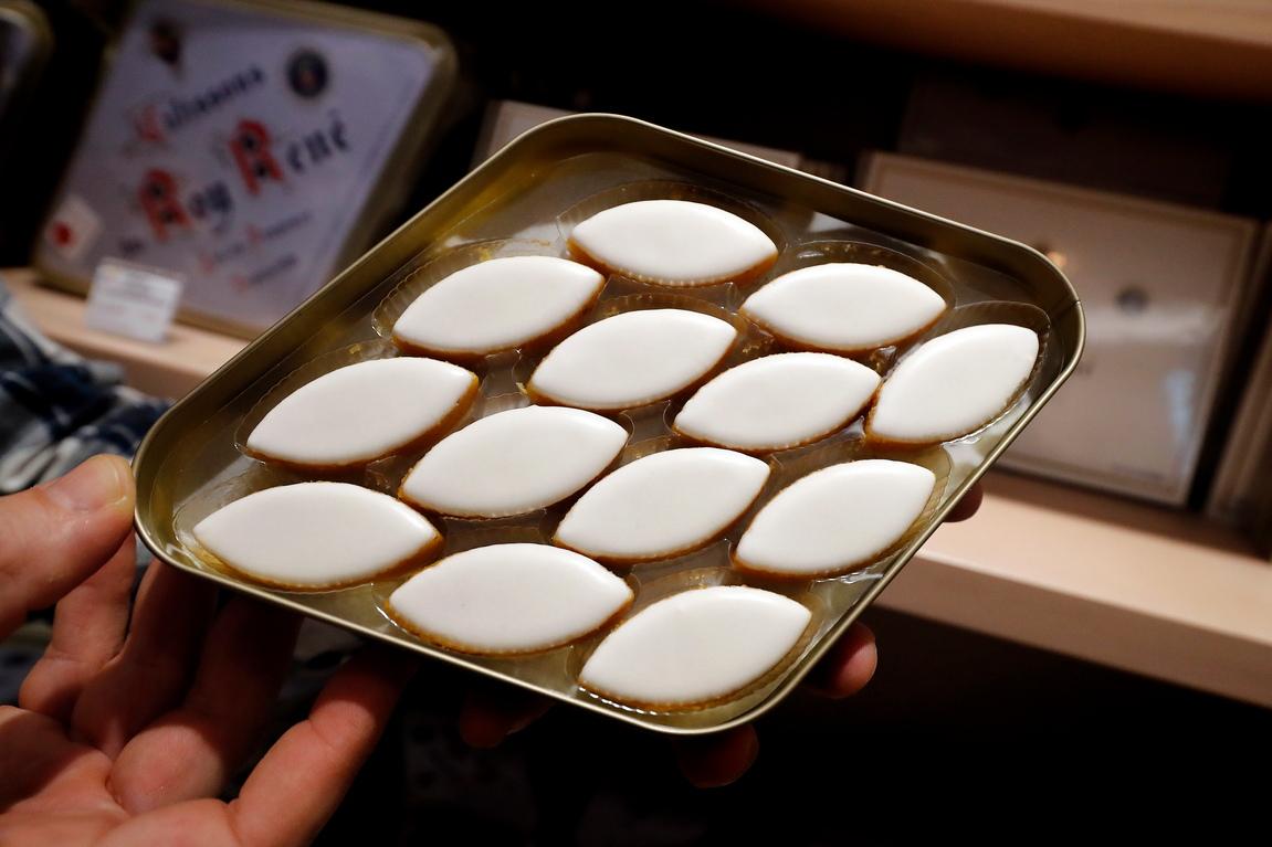 <p>Работник проверява качеството на прочутите &bdquo;Calissons&ldquo; в прованската сладкарница на Рой Рене в Екс-ан-Прованс, Южна Франция.</p>