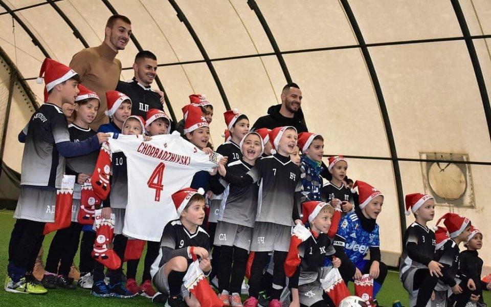 Футболистите Божидар Чорбаджийски и Симеон Славчев дариха топки и тренировъчни