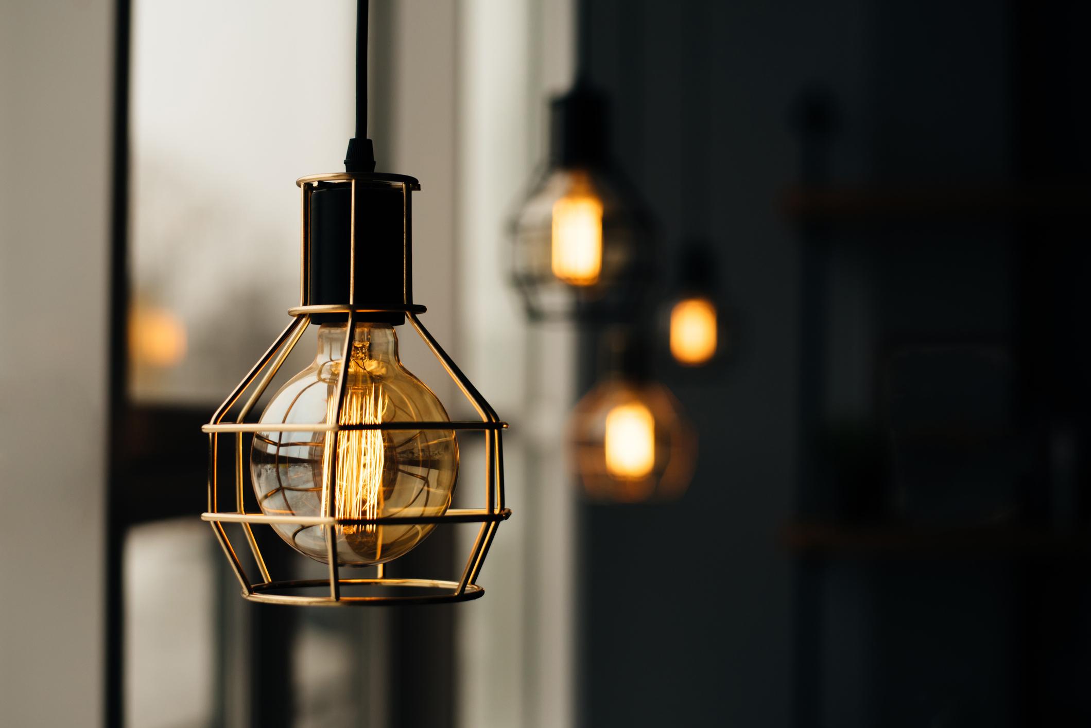 <p>Декоративна лампа</p>  <p>Този подарък е най-подходящ за онези ваши близки или приятели, които харесват модерният вид на дома. Тези лампи са изключителен хит в интериорния дизайн и успяват да внесе модерен и уютен облик на всяко помещение. Подобни лампи можете да откриете в почти всички магазини, в които се продават осветителни тела. Все пак не забравяйте да напомните, че светлината от лампата, ще е тази, която да топли душата, когато вие не сте наблизо.</p>