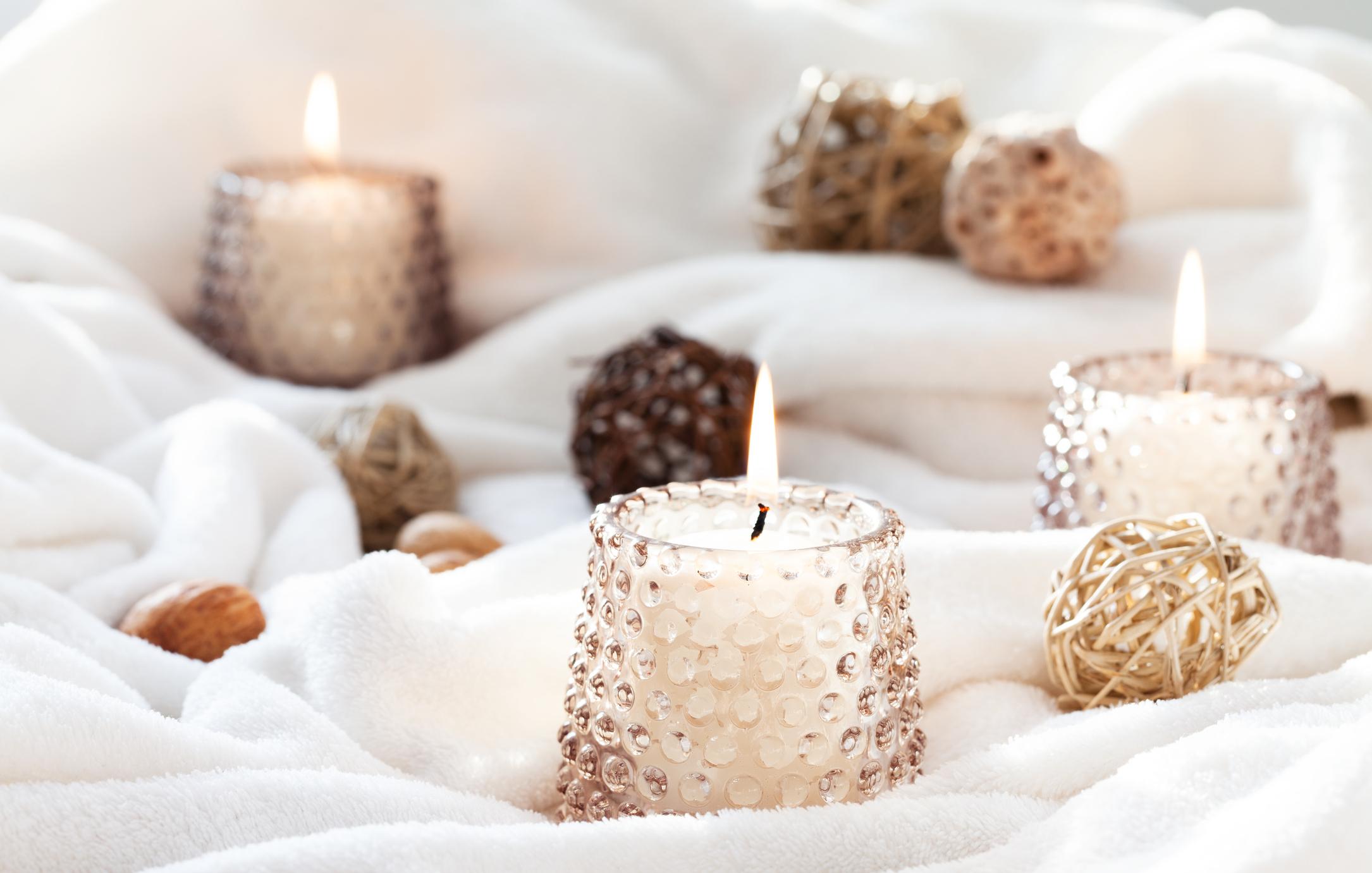 <p>Свещ</p>  <p>Свещите създават уют, романтика и напомнят на двойките, че трябва да си отделят повече време заедно. Ако ще поднасяте подарък за ваши приятели, които празнуват първата си Коледа заедно, свещта е един от най-доброто решение. Все пак не забравяйте да им припомните, че въпреки забързаното ежедневие, трябва да си отделят малко време един за друг.</p>