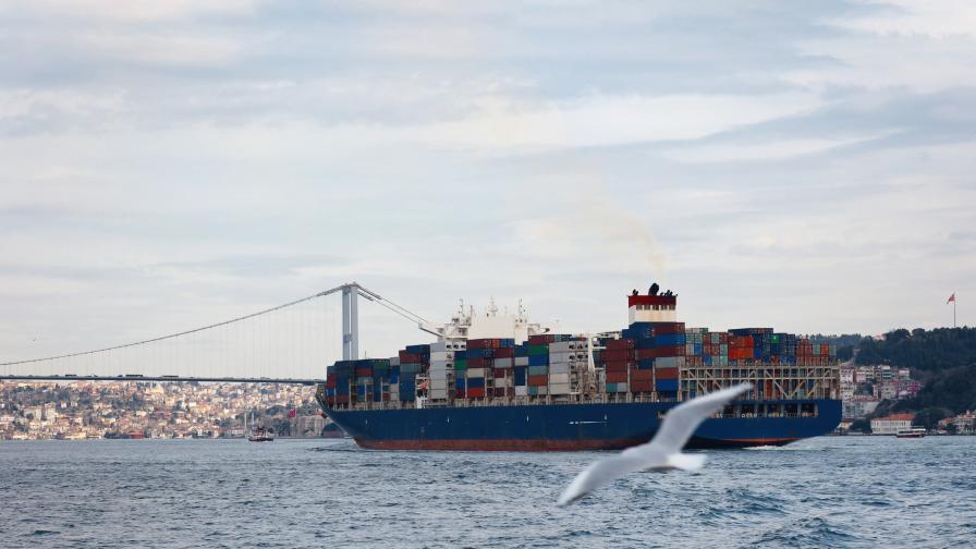 Затвориха Босфора, огромен кораб се блъсна в брега