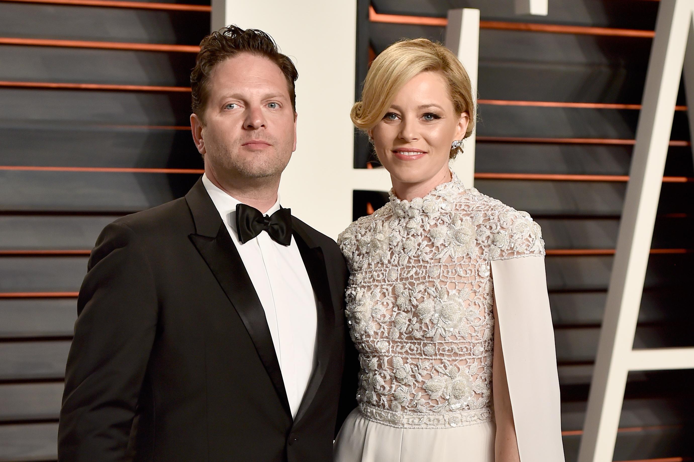 <p><strong>Елизабет Банкс и Макс Хенделман</strong></p>  <p>27 години заедно! Собствениците на филмова компания се запознават през 90-те години, когато учат в университет. До 2003 са гаджета, а след това сключват брак. Банкс споделя, че тези години връзка са нещото, с което най-много се гордее.</p>